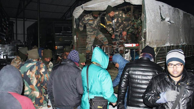 India: over 2500 Tourists Stuck in Heavy Snowfall Rescued