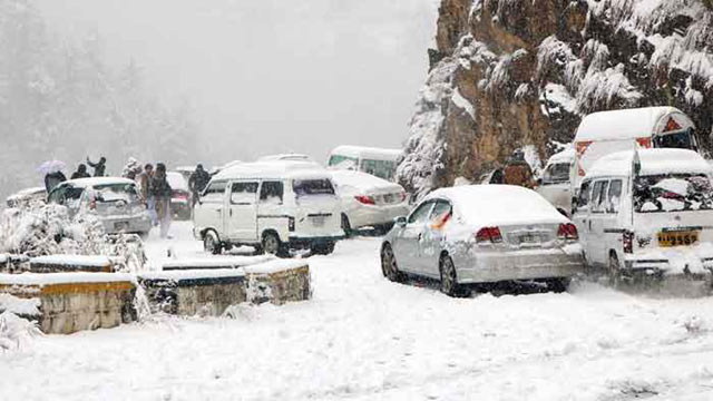 Tourists Stranded in Nathia Gali Snow Rescued