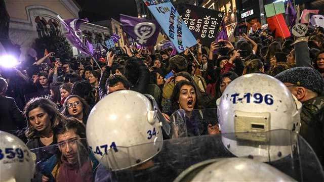 Istanbul: Police Fires Tear Gas at Women's Rally