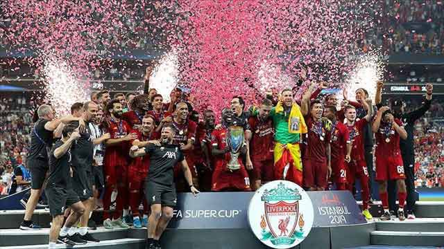 Liverpool Lifts UEFA Super Cup Trophy