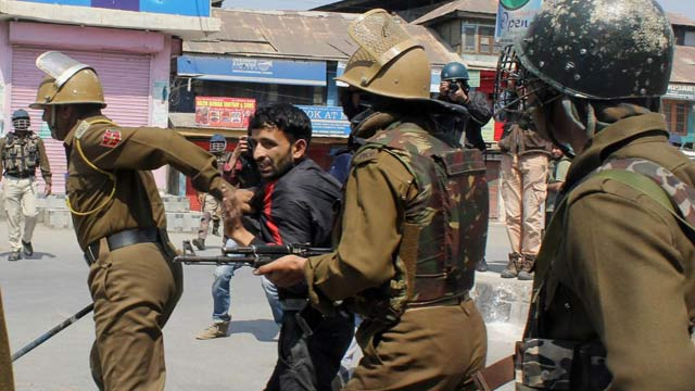 Indian Forces Detain Over 500 Political Workers in Kashmir