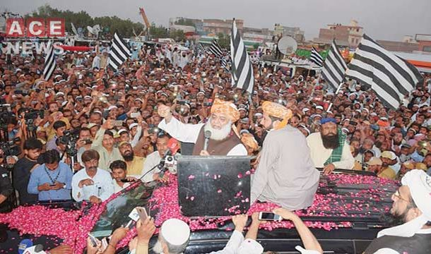 Opposition Welcomes Fazl Led Azadi March on Lahore Arrival